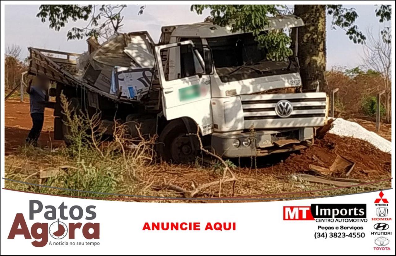Caminhão desce rua desgovernado e só para ao bater em árvore