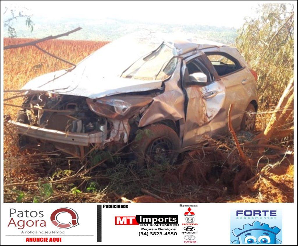 Condutor perde controle do carro e sai da pista na estrada que liga Patos de Minas ao distrito de Alagoas