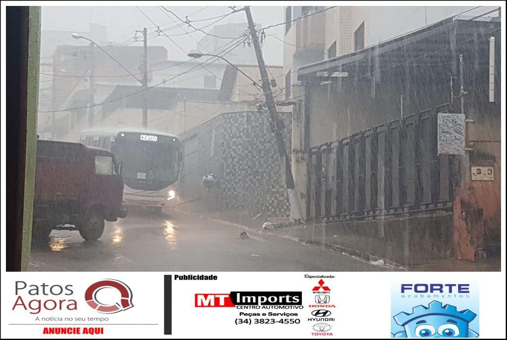 Caminhão colide em carro e tromba poste na Rua Teófilo Otoni