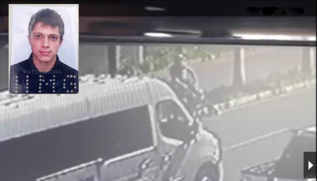 Vídeo mostra motociclista perdendo o controle da motocicleta e colidindo em palmeira