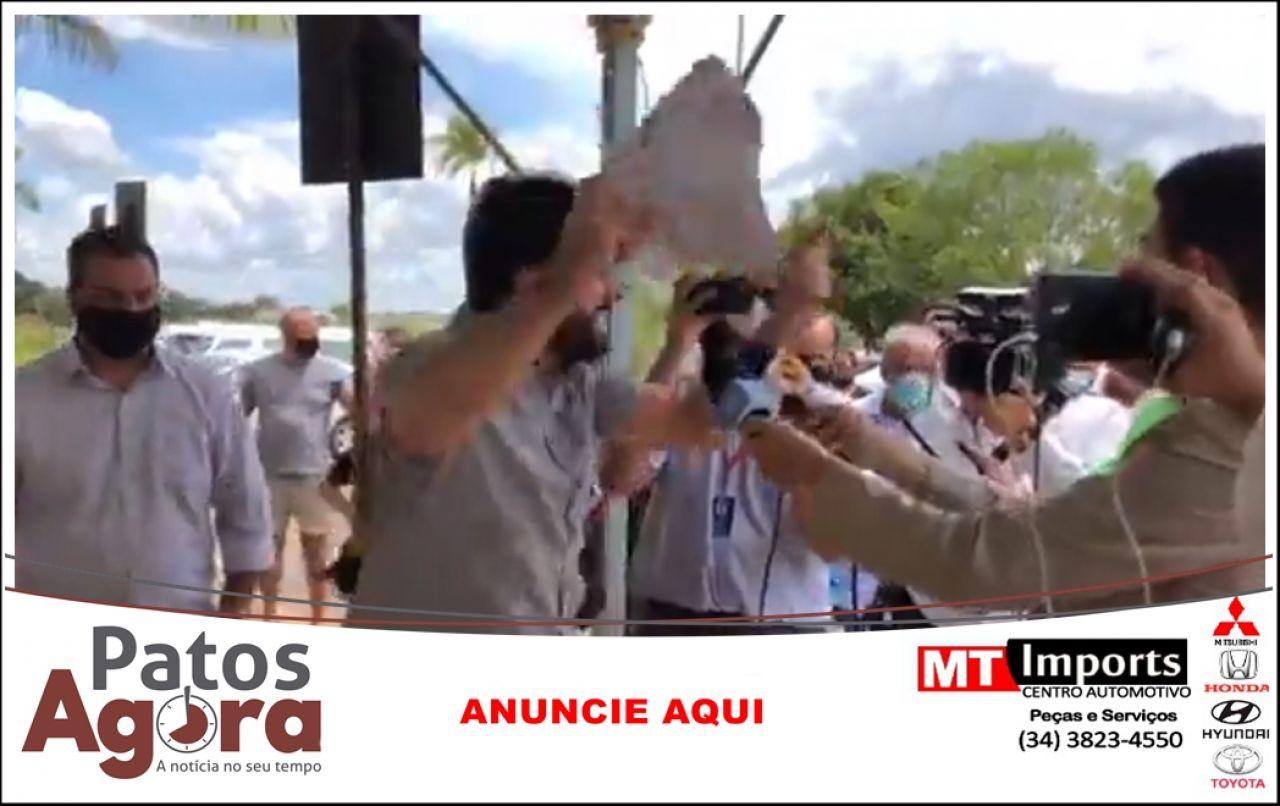 Buzinaço é marcado por discussão acalorada entre Falcão e manifestantes