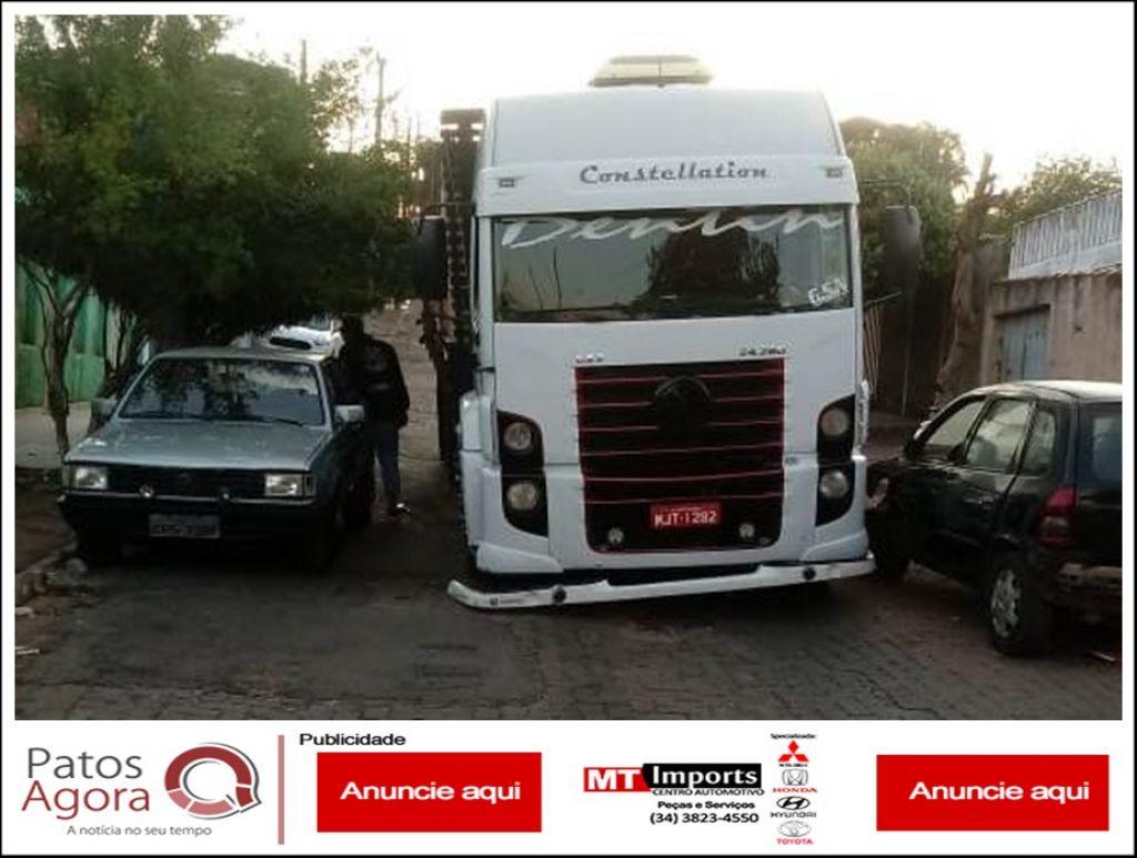Caminhão com tijolos passa pela Rua Mato Grosso e abre buraco no asfalto
