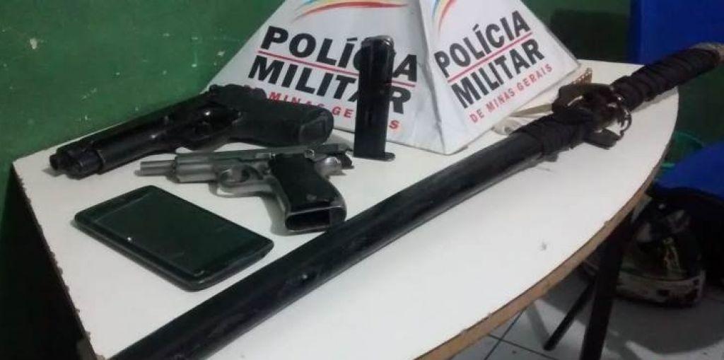 PM aborda rapazes e localiza armas, munições, droga e espada no Bairro Nossa Senhora de Fátima