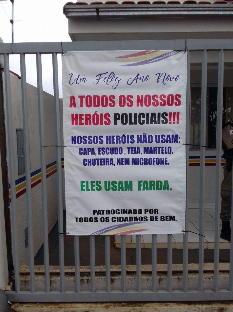 População se reúnem e confecciona banner em homenagem a PM de Carmo do Paranaíba