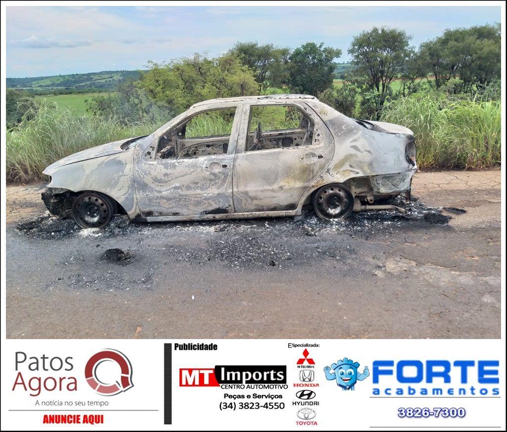 Veículo fica destruído após pegar fogo na rodovia MG-223