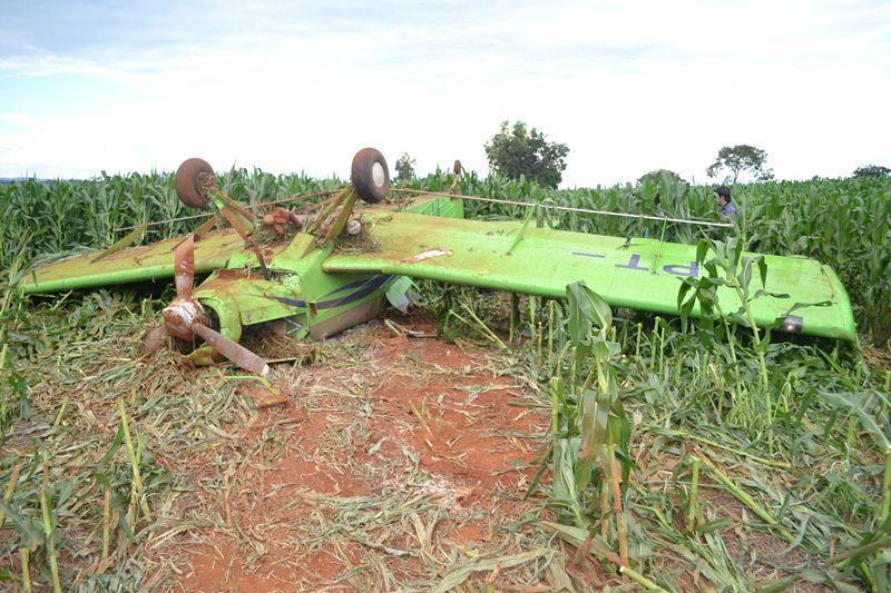 Avião  pulverizador não levanta voo  entra em milharal e capota próximo de Patos de Minas