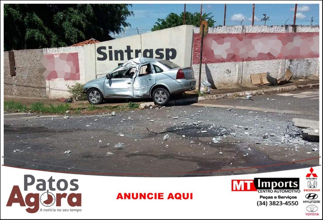Ocupantes abandonam veículo que colidiu em poste na Av. Paineiras