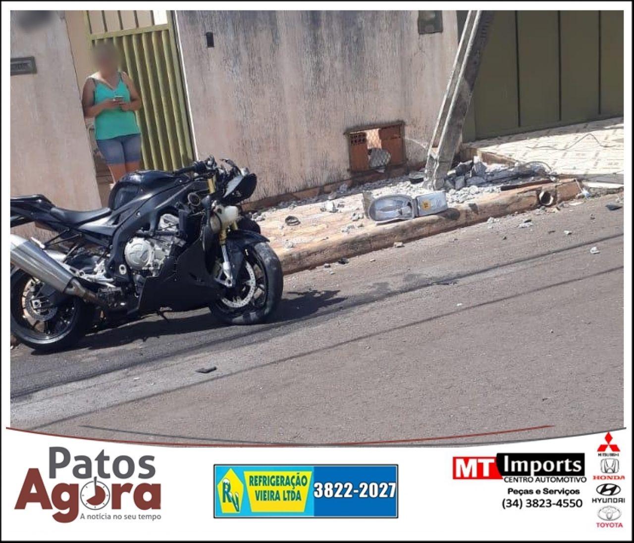 Motociclista bate em poste ao tentar desviar de gato na Rua Vicentina Rodrigues