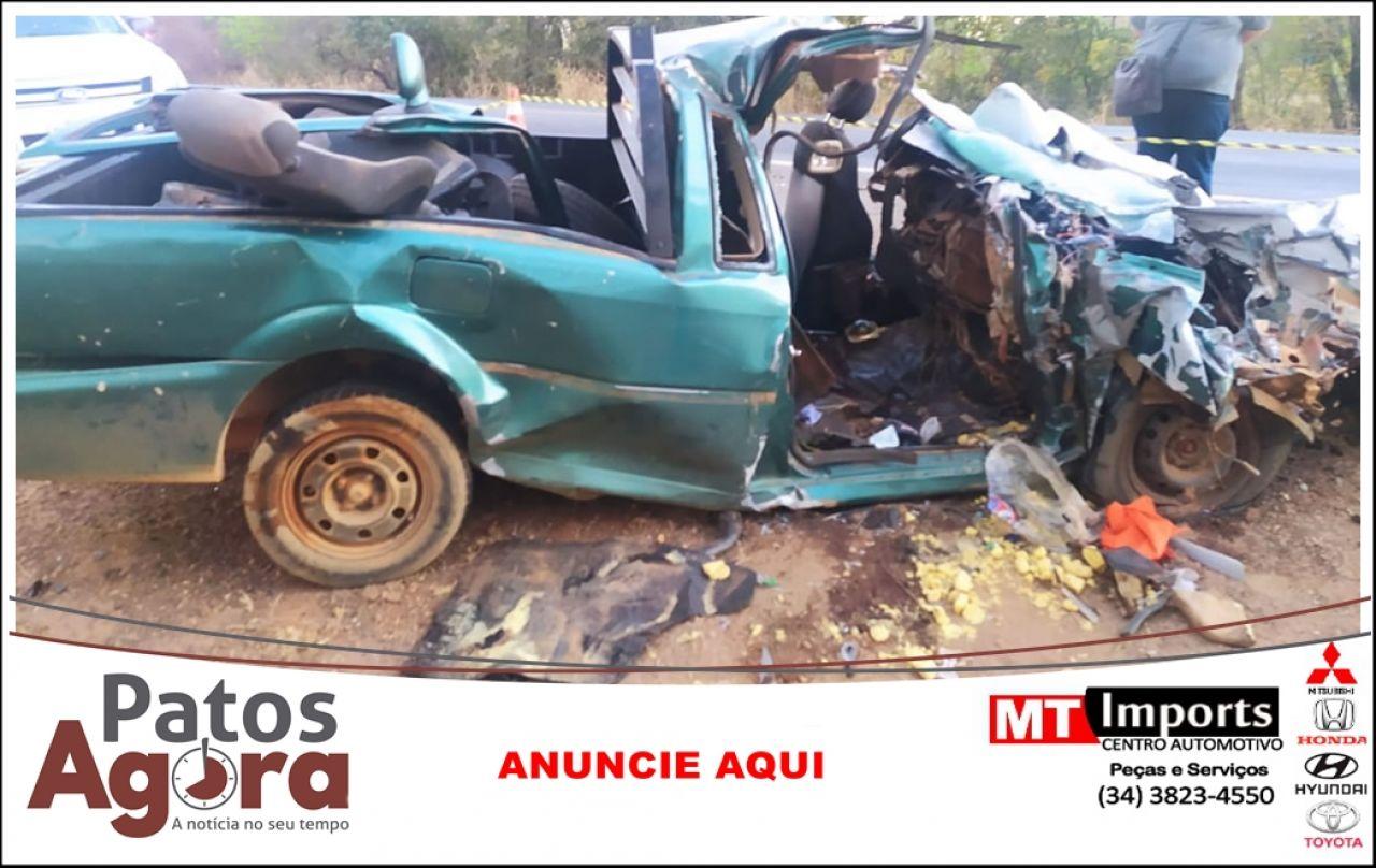 Grave acidente entre carro e caminhão deixa dois mortos na BR-040 próximo à João Pinheiro