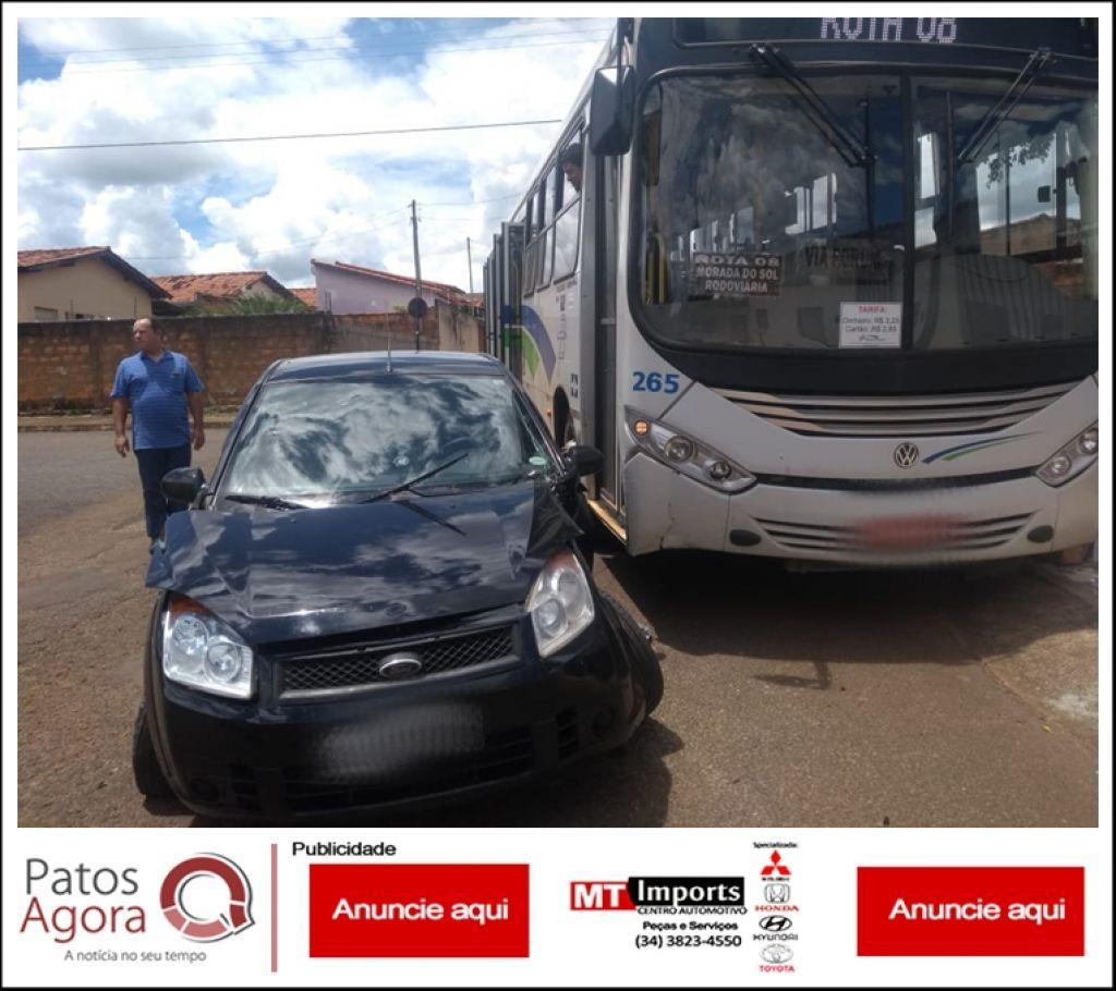 Motorista avança parada obrigatória e bate em ônibus do transporte coletivo