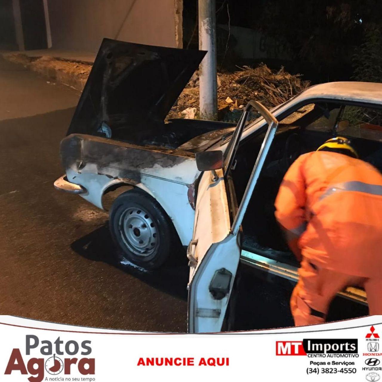 Logo após ser comprado, carro pega fogo em Patos de Minas