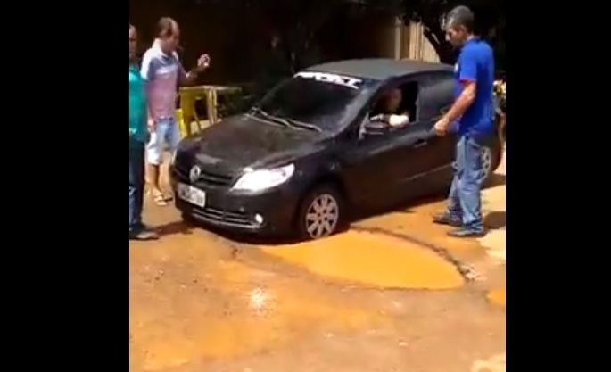 Carro atola em rua de Patos de Minas e vídeo viraliza