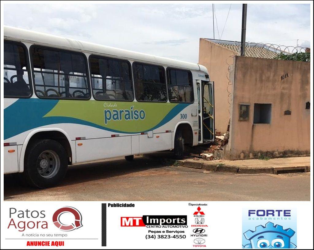 Ônibus do transporte coletivo perde controle e invade residência no Bairro Jardim Sul, em Patrocínio