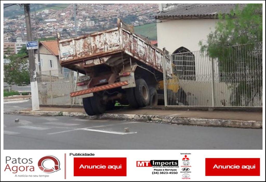 Caminhão estacionado perde o freio e invade propriedade de igreja em São Gotardo