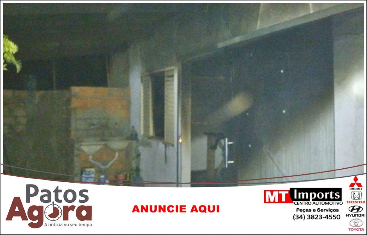 Bombeiros combatem incêndio em residência em Patos de Minas