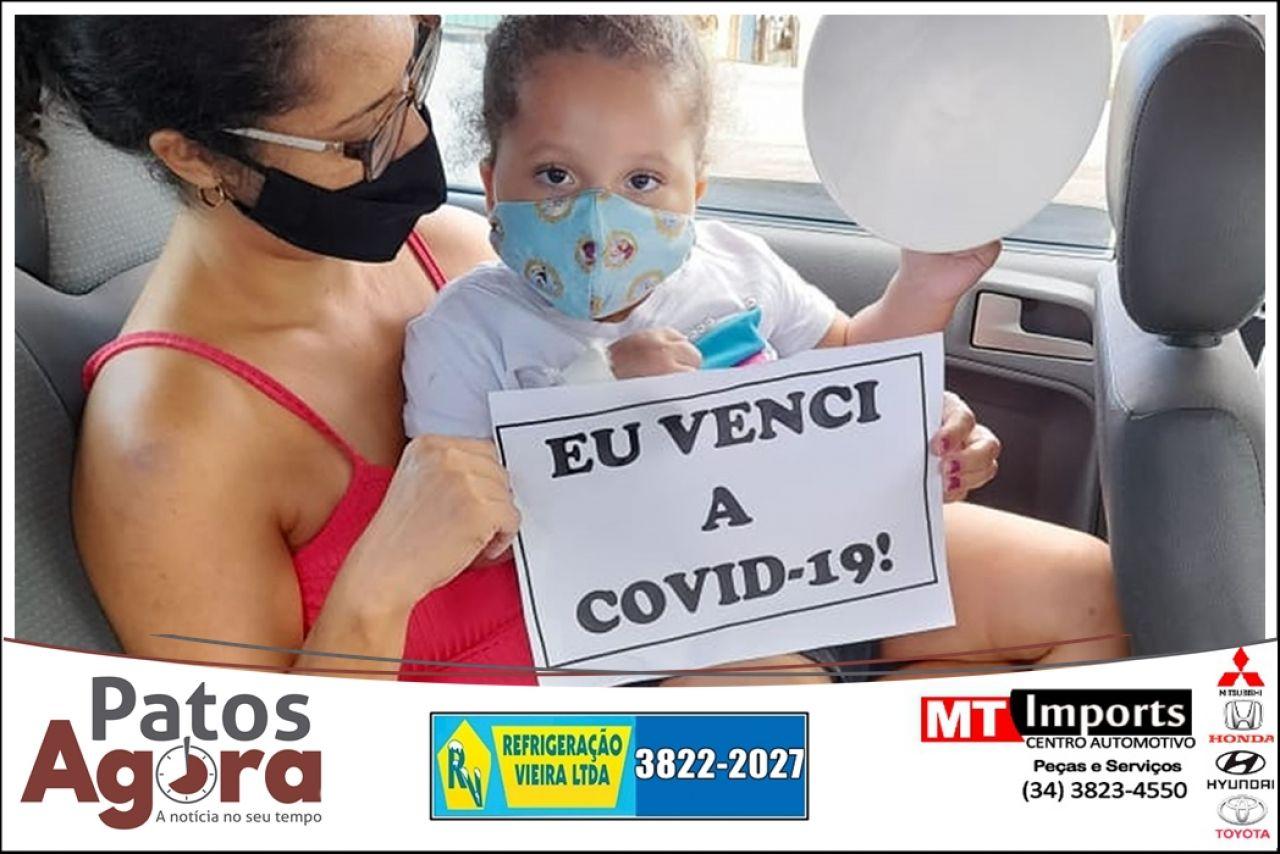 Criança de 2 anos internada com Covid-19 recebe alta em João Pinheiro