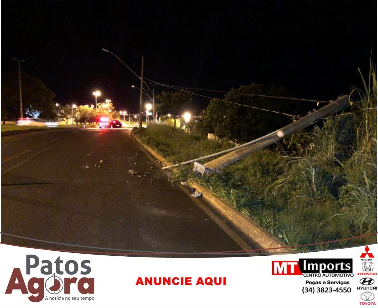 Condutora foge de local de acidente após atingir poste na Avenida Marabá