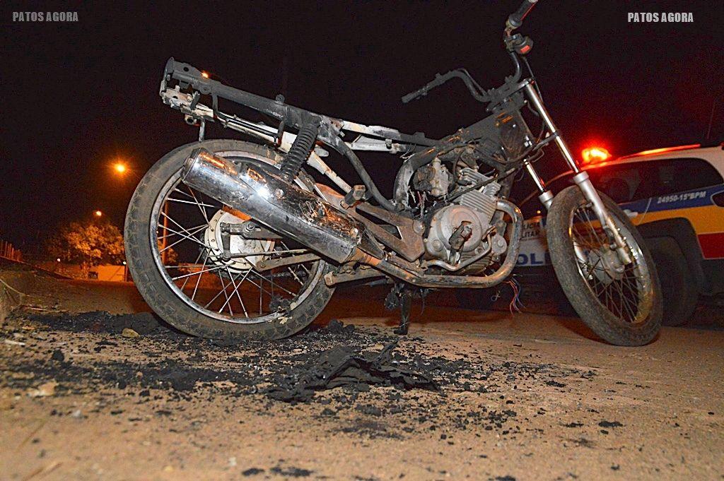 Motocicleta é encontrada completamente queimada no bairro Jardim Esperança