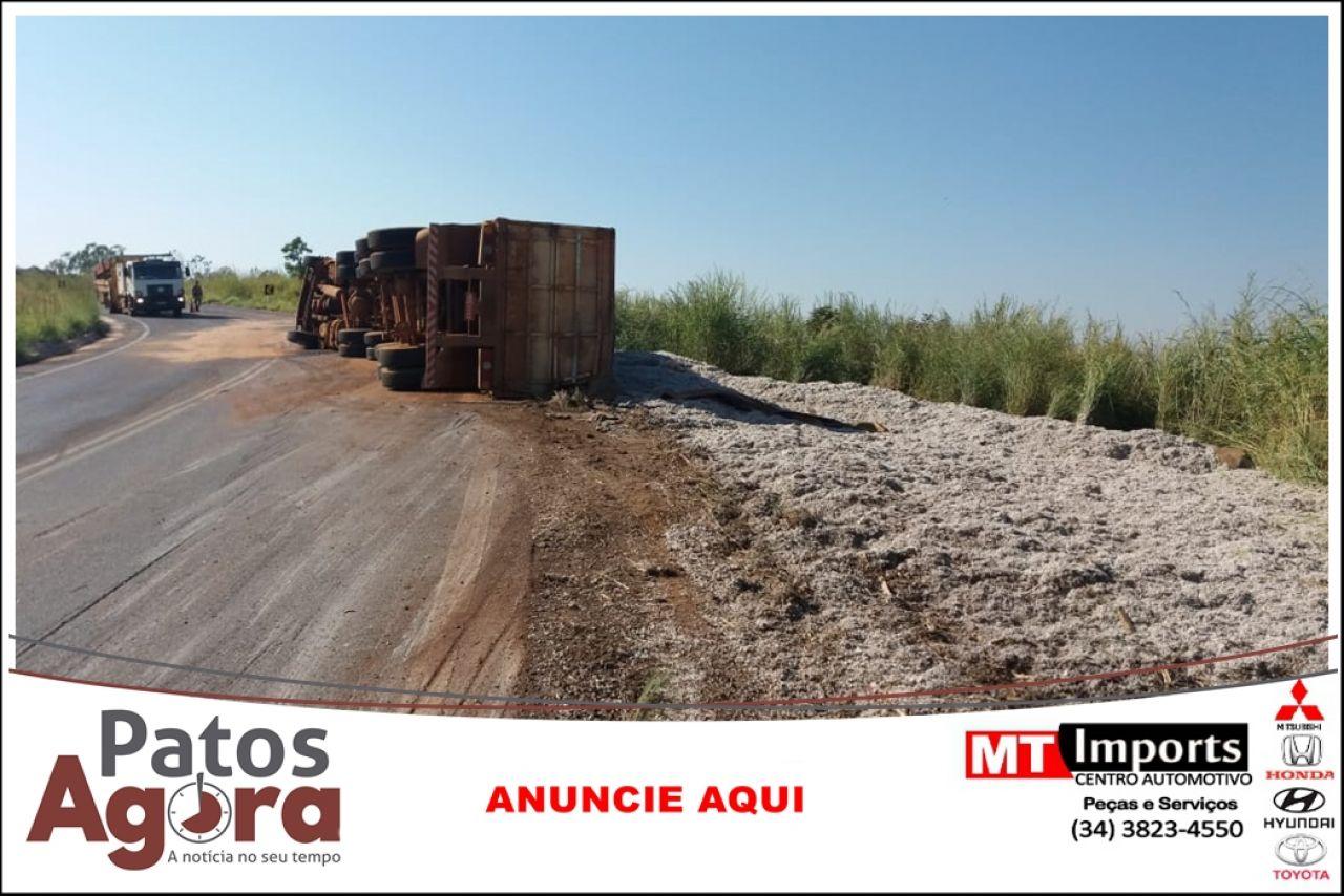 Caminhão carregado com caroço de algodão tomba na rodovia MGC 354