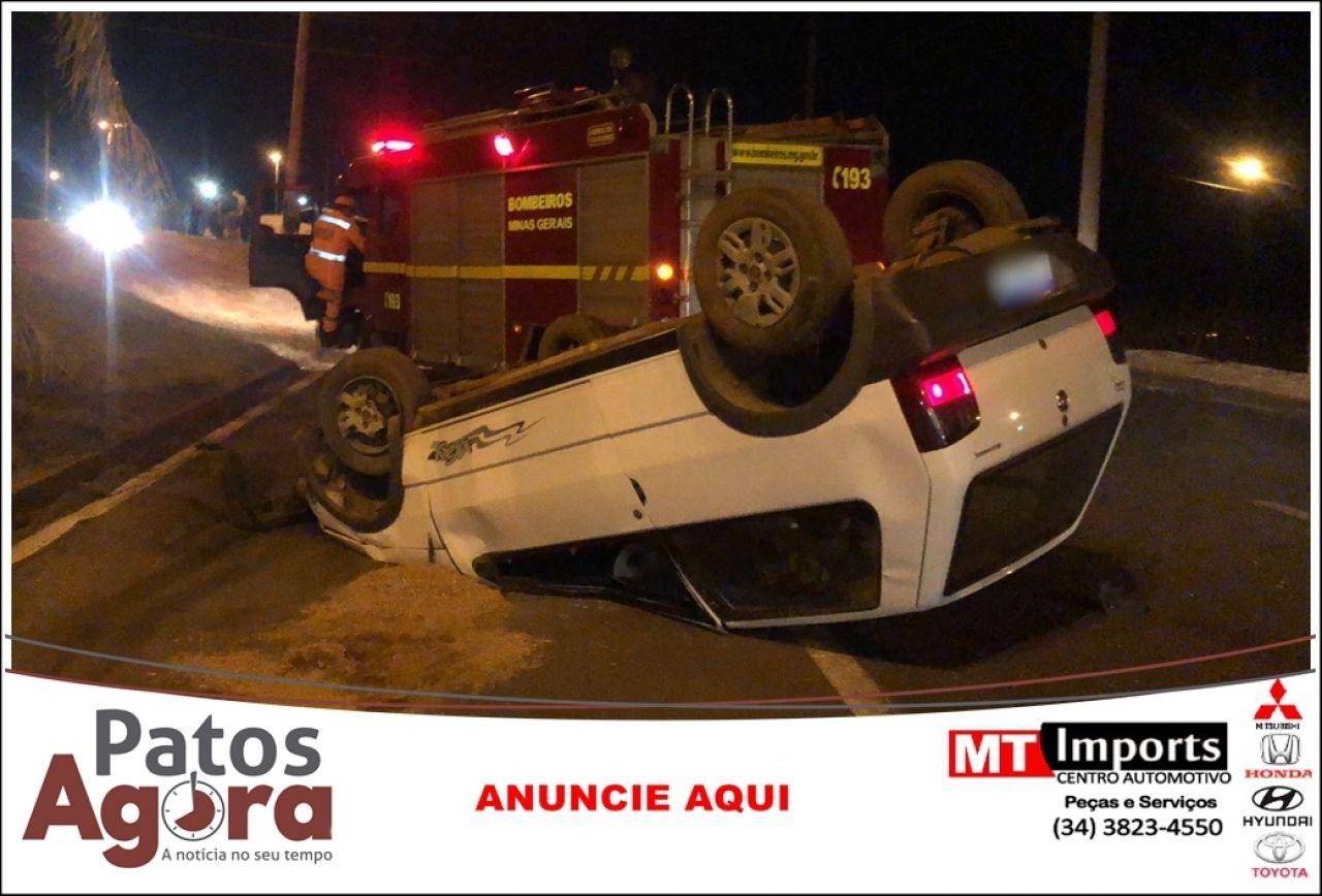 Veículo capota após condutor perder controle direcional e colidir em caminhonete na Av. Marabá