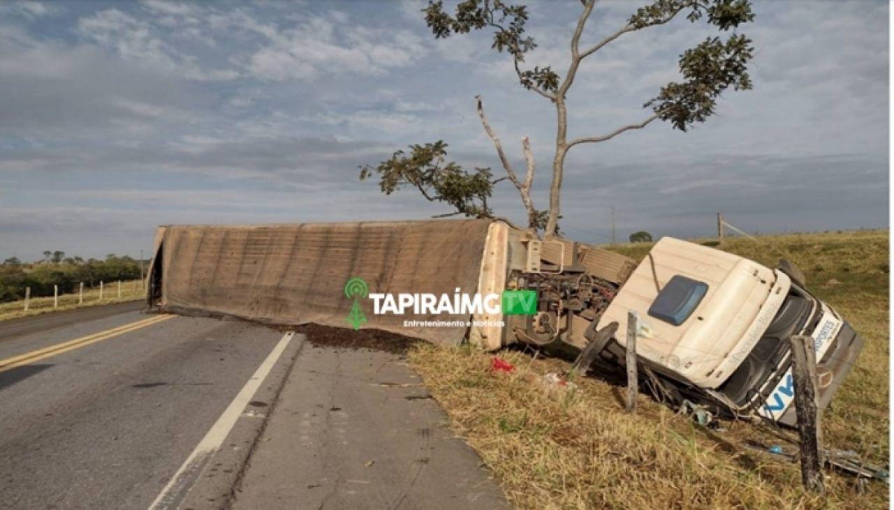 Motorista de Patos de Minas fica ferida após carreta tombar na BR-354