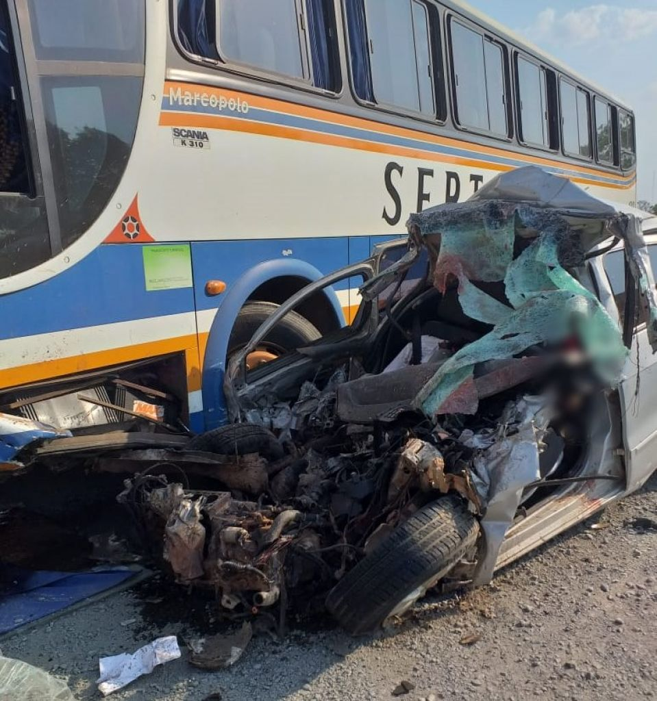 Duas pessoas morreram em um acidente entre carro e um ônibus