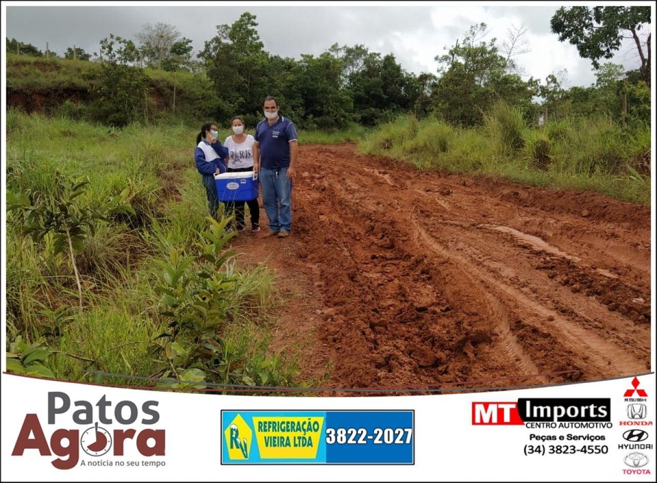 Veículos que levavam vacina para idosos da zona rural atolam em estrada vicinal