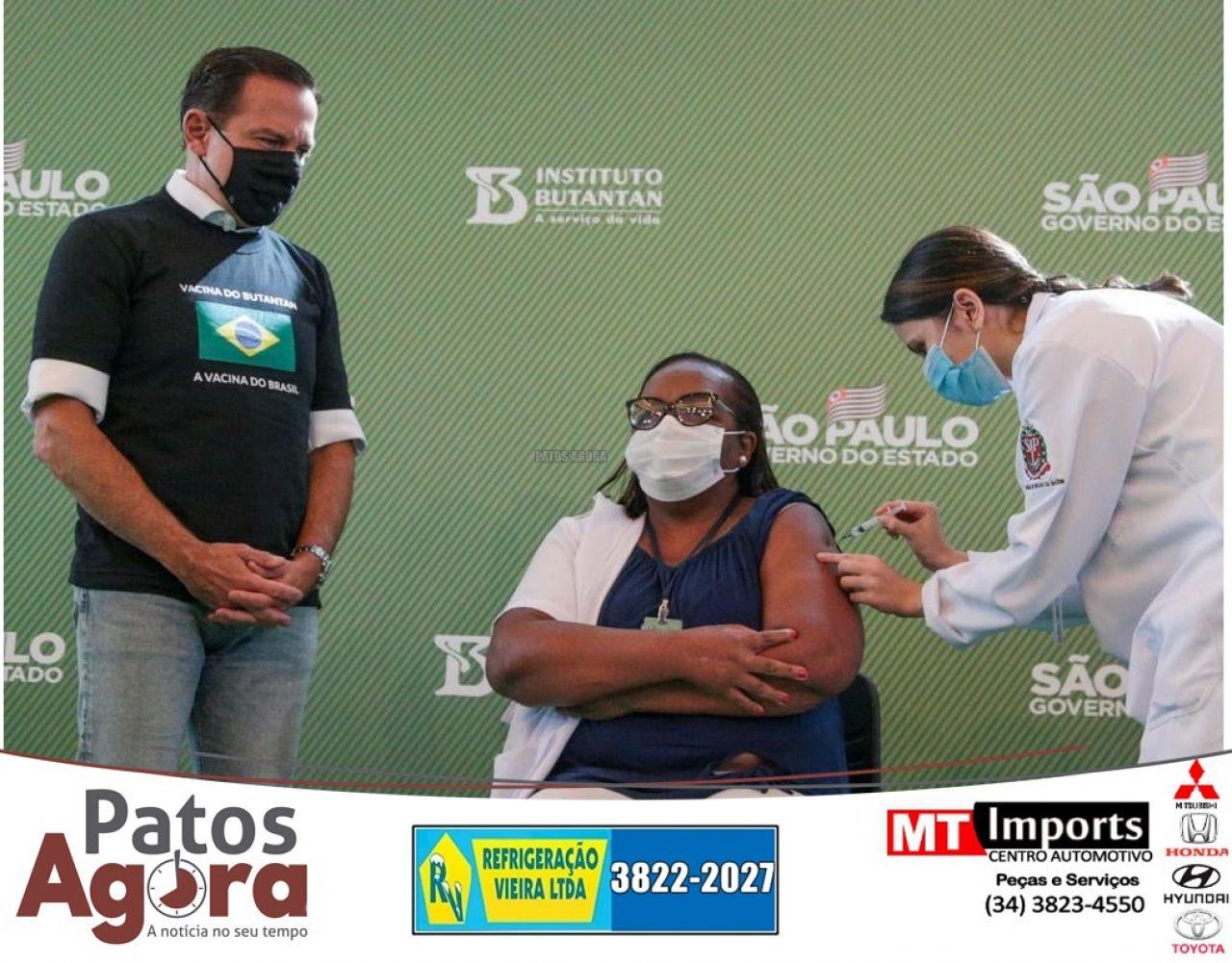 Enfermeira Mônica Calazans é a primeira imunizada com a vacina do Butantan, Coronavac