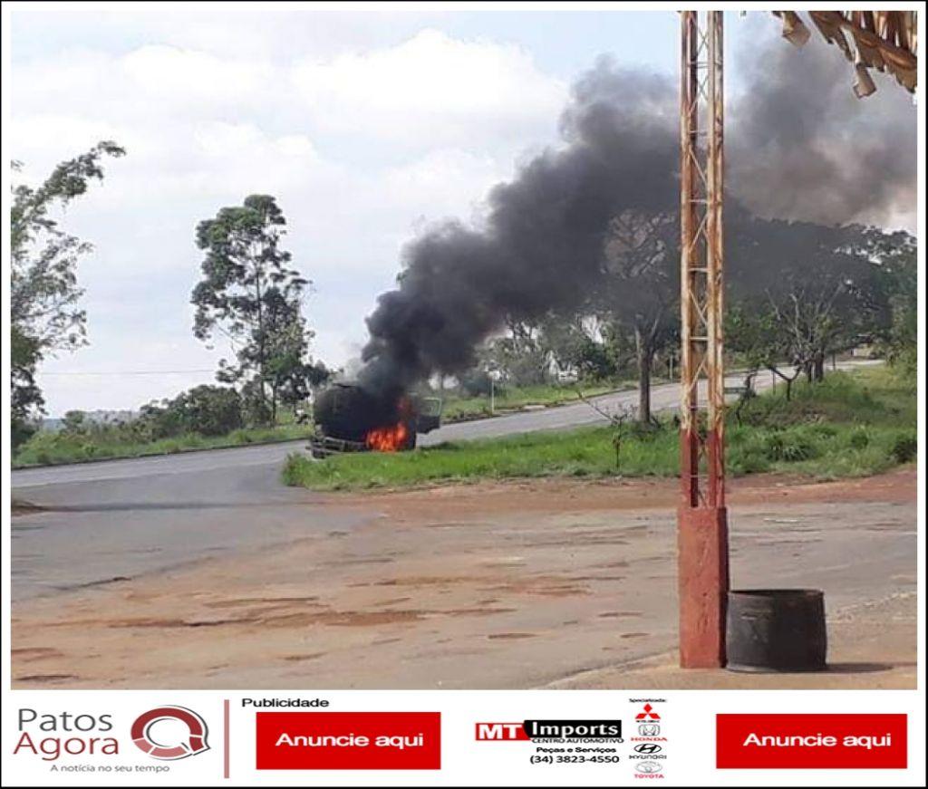 Caminhão tanque pega fogo na MG-410 próximo de Ponte Firme