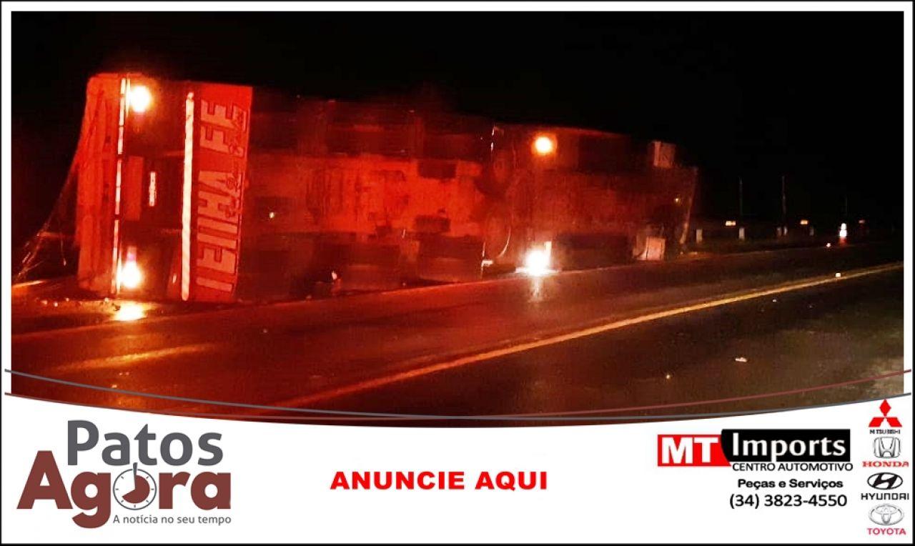 Caminhão carregado com batatas tomba na Curva dos Moreiras na BR 365