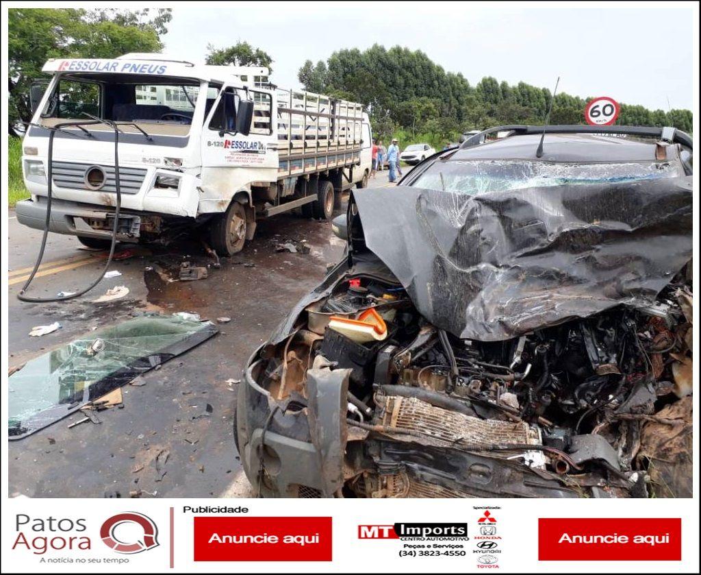Motorista é socorrido gravemente ferido após colisão entre três veículos na MGC-354