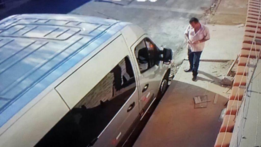 Concorrente é flagrado furando pneus de van escolar e proprietária amarga mais de 2 mil em prejuízo