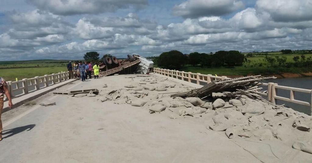 Caminhão carregado com sacos de cimento tomba na BR-040