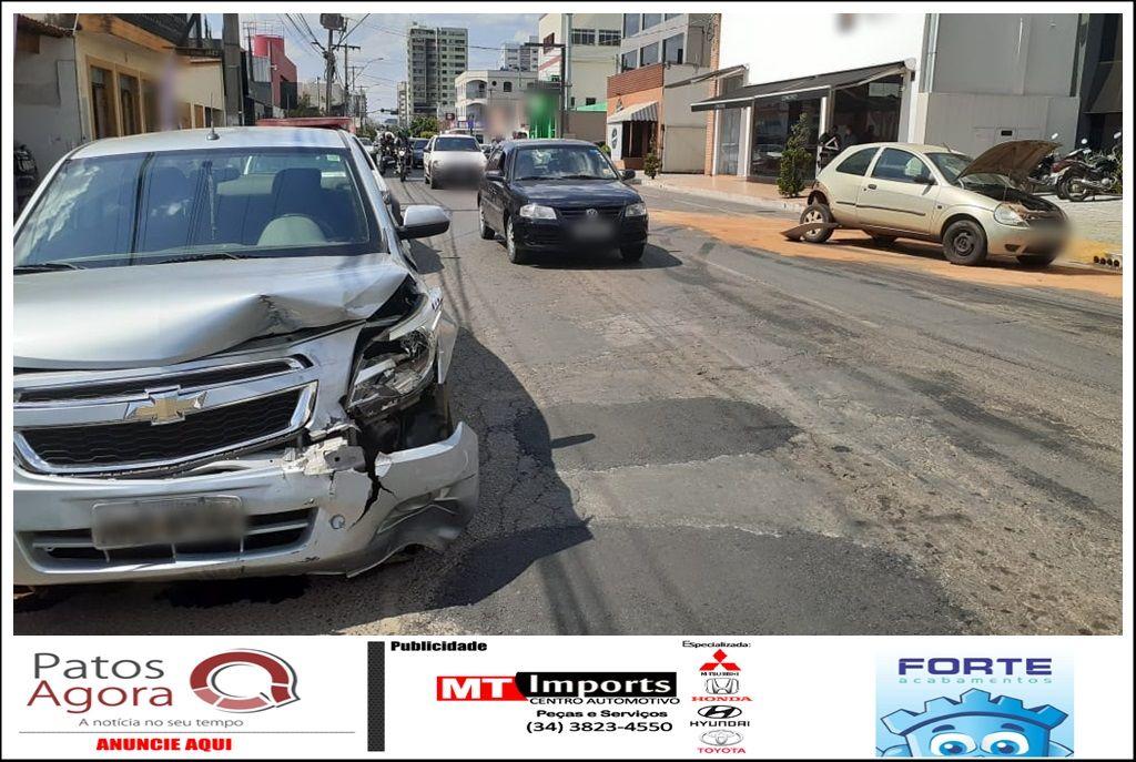 Acidente entre três veículos é registrado no Centro de Patos de Minas