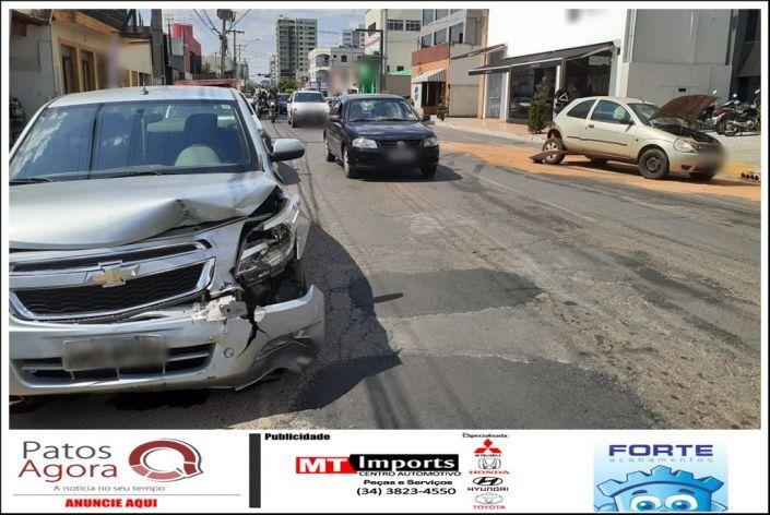 Acidente entre três veículos é registrado no Centro de Patos de Minas - Patos Agora