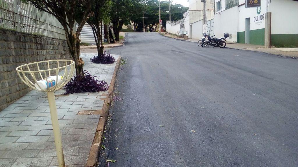 Tapa-buracos e recapeamento são feitos em diversas ruas de Patos de Minas