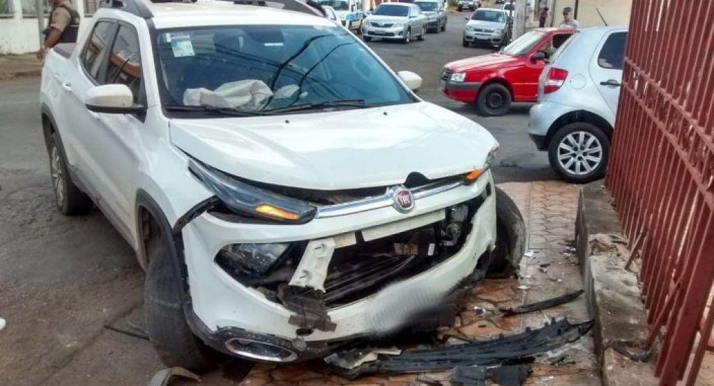 Motorista avança parada obrigatória e provoca acidente no Bairro Jardim Paraíso