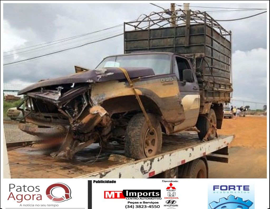 Motorista inicia manobra para atravessar a pista e acaba atingido por caminhão na MG-235