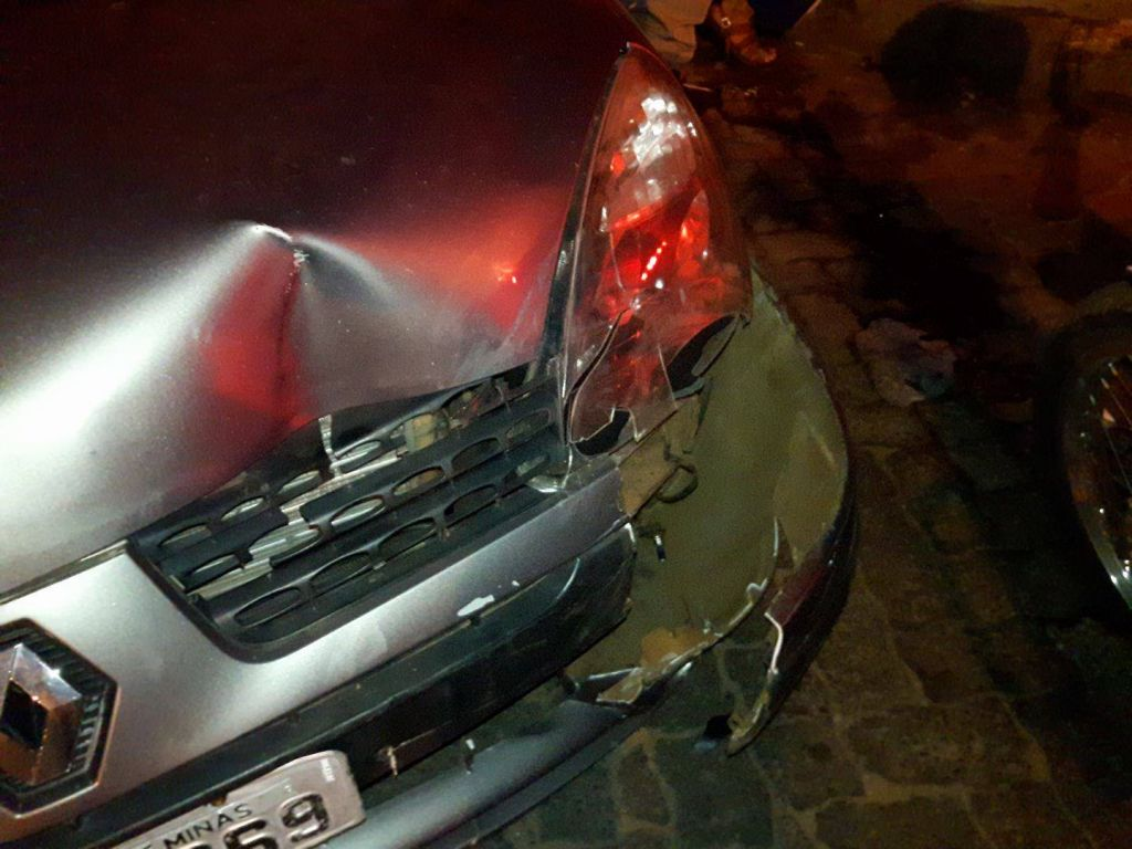 Motociclista fica ferida ao colidir em carro no Bairro Cristo Redentor
