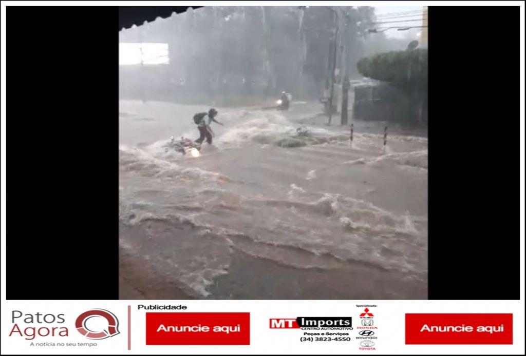 Flagrante: Motociclista cai em enxurrada e carros estragam após tempestade em Patos de Minas