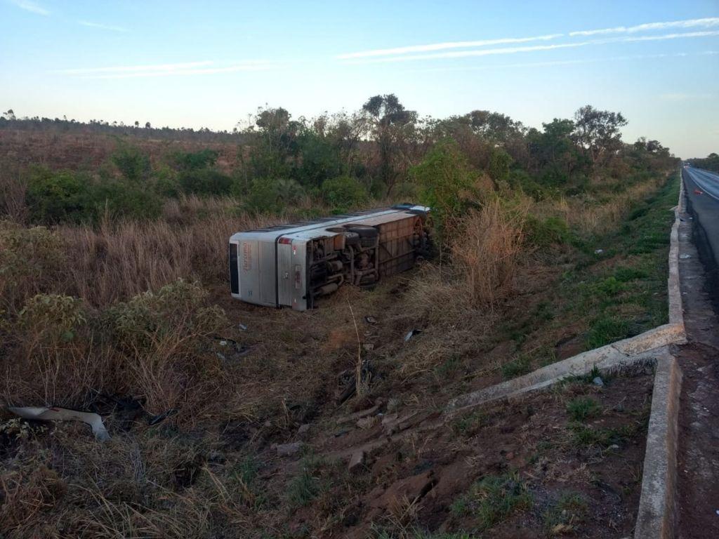 Quatro pessoas morrem em acidente entre ônibus e duas motos na BR-365