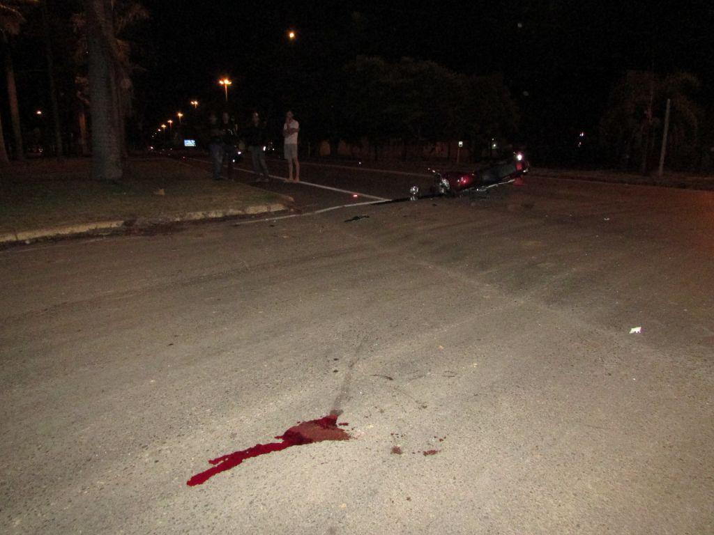 Motociclista fica gravemente ferido após colidir na lateral de carro