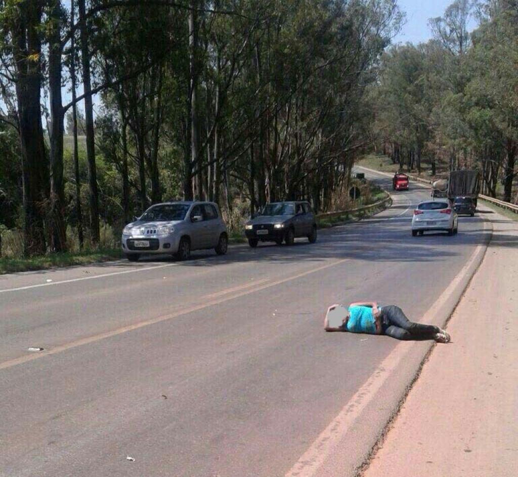 Mulher deita às margens da BR-354 e provoca acidente entre caminhões