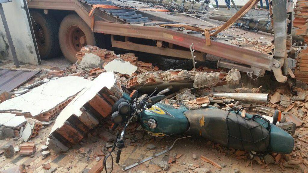 Caminhão prancha desgovernado derruba poste e muro de residência no Bairro Novo Horizonte