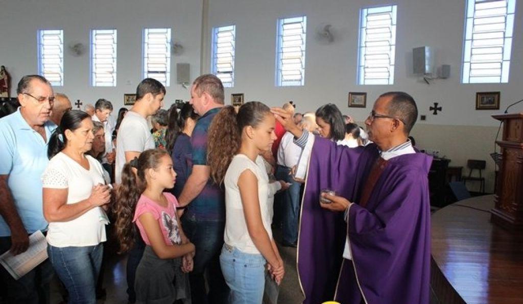 Fiéis lotam Igreja Matriz na Quarta-feira de Cinzas em Presidente Olegário