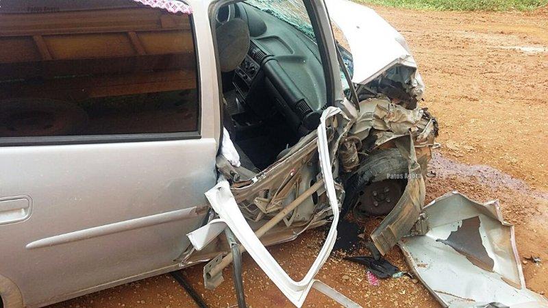 Carro colide em trator e deixa três pessoas feridas na BR-365 próximo ao Café Patense