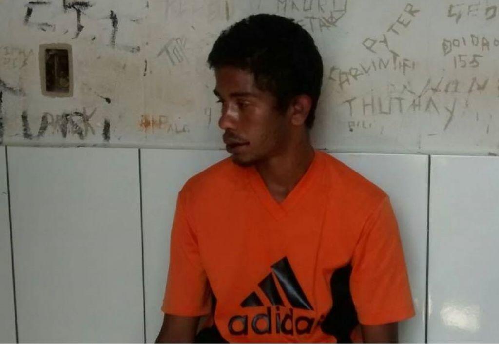Homem furta bicicleta, bate em carro durante a fuga mas acaba dominado e preso