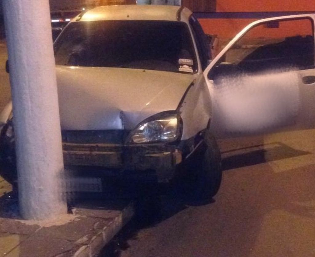 Após fugir de abordagem, bater carro em poste, dupla é presa suspeita de tráfico e furto