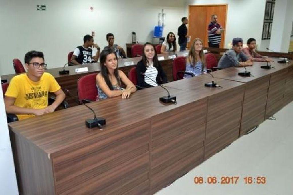 Alunos de duas escolas municipais participam do Parlamento Jovem