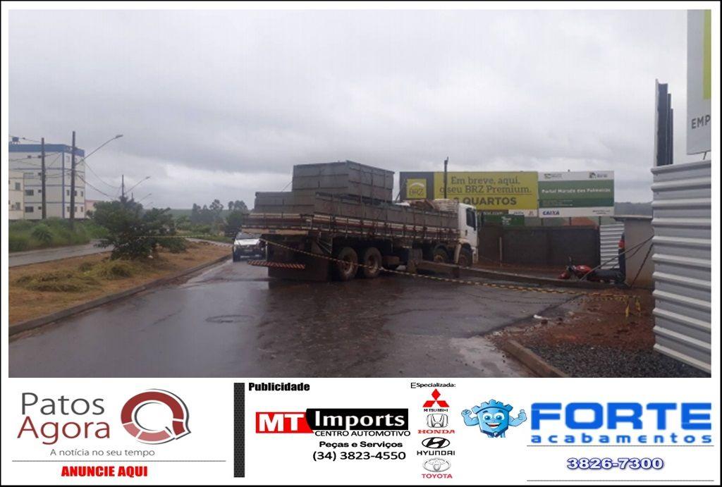 Condutor de caminhão derruba poste em cima de motocicleta no Bairro Ipanema
